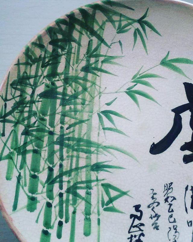 管理人のひいおじいちゃんがのこしてくれたお皿きれいな竹林の絵がひいじいちゃんとは会ったことないけど里への想いがあったんだろうな竹やぶをしっかり守っていきます#筍姫 #阿波たけのこ農園 #筍姫の里 #徳島 #阿波 #たけのこ #たけのこほり