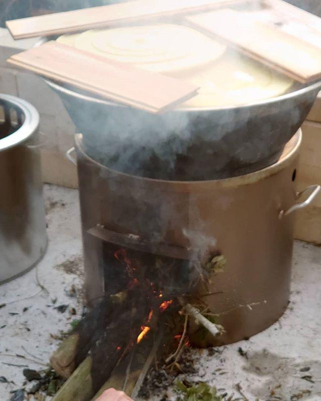 筍姫の釜茹でほりたて新鮮な筍姫を釜で茹でます。竹やぶの雑木や古竹を火にくべながら、一気にゆであげ下処理を行います。タケノコのゆで方が分からないというお声をお聞きするので、(うちの)やり方をホームページにまとめました。是非ご覧くださいhttp://takenokohime.jp/takenoko/recipe/#筍姫 #釜茹で #阿波たけのこ農園 #筍姫の里 #たけのこ #筍 #国産 #地産地消 #国産タケノコを食べよう #タケノコレシピ ※販売は生のタケノコのみとなり、茹でたものは自家用です