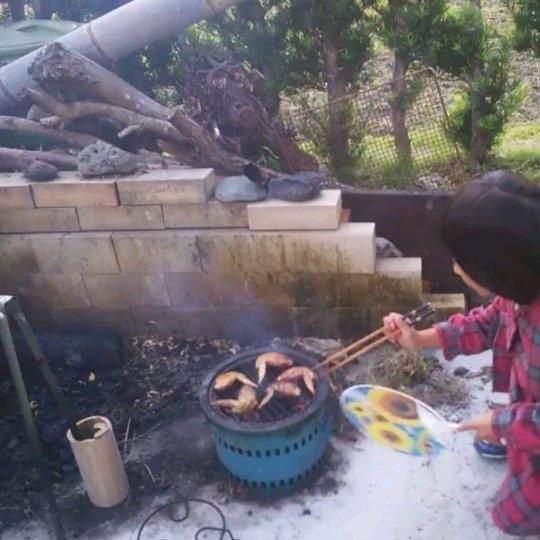 竹BBQ竹で竹炭を作って、手羽先を焼いていた前回の投稿を子供たちが真似してチャレンジしました!竹を燃やすところからはじめ、自分で焼いた手羽先はさぞ美味しかったでしょう️食欲の秋次は何を焼こう🤤#食育 #竹 #竹炭 #bbq #手羽先 #阿波たけのこ農園 #筍姫 #筍姫の里 #阿南市