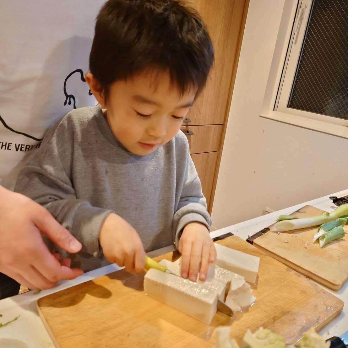 ちょっと前に、たけのこご飯づくりで包丁デビューしたむすこ氏(あぶっなっかしかった)もっとお料理したいと積極的にお手伝いしていたら、ばあばにお子さま包丁をプレゼントしてもらいました️筍姫のごはんづくりにむけて、まずは豆腐をさばいていきます。うまいはよやにあうおつまみつくってや🤤#阿波たけのこ農園 #たけのこ #筍姫 #食育 #包丁 #こどもりょうり