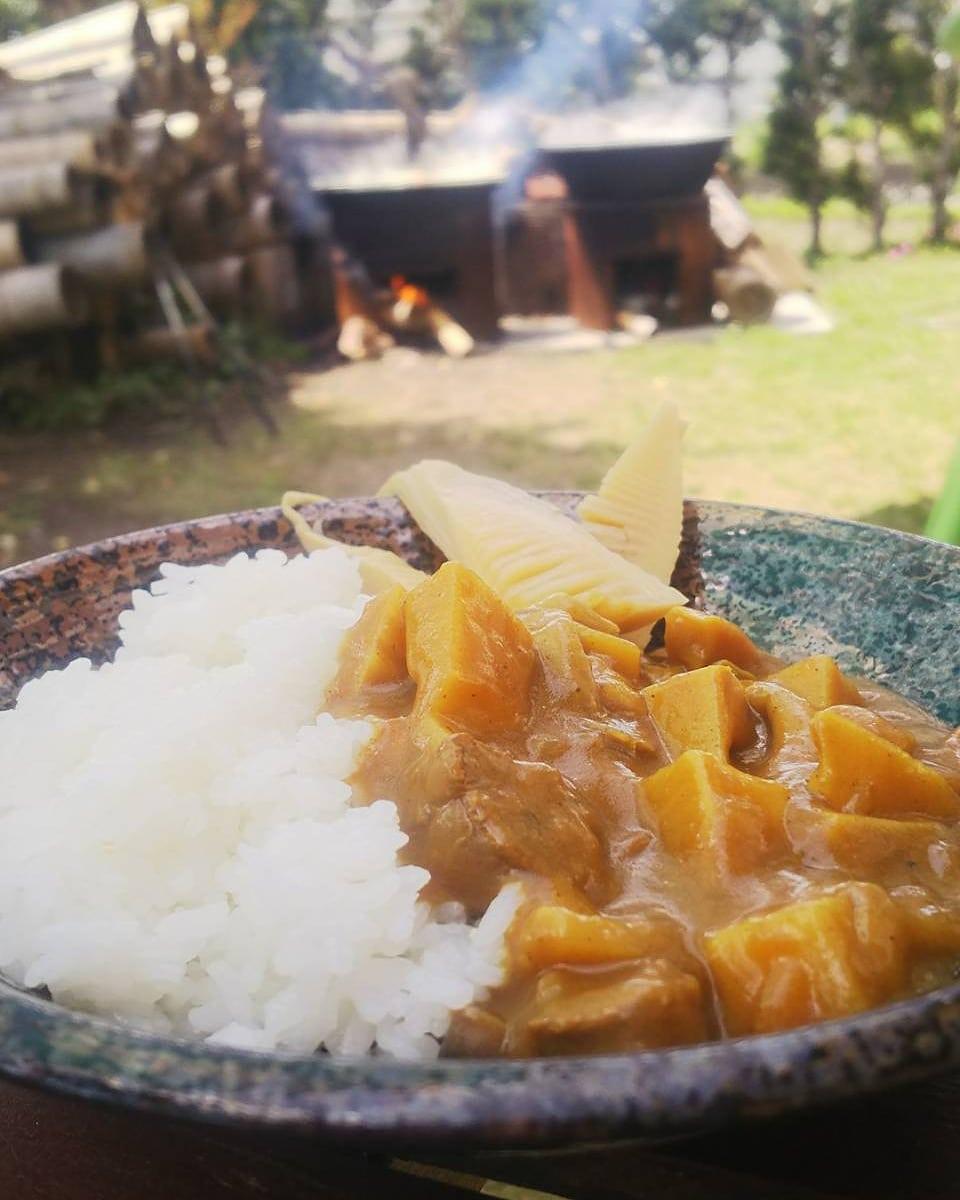 タケノコカレー気持ちのいい暑さです️釜でタケノコ炊きながら食べるカレーライスは最高ですね#タケノコ #たけのこ #カレーライス #curry #curryrice #おうちごはん #おうちカフェ #たけのこ生産 #たけのこ販売 #たけのこ消費 #阿波たけのこ農園 #筍姫
