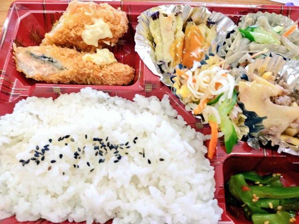 お弁当お昼の楽しみといったら昼メシ!地元のスーパーの手づくり弁当のおかずに、「タケノコとお肉の炒めたやつ」が入っていましたじぶんくのタケノコめっちゃ消費してますが、タケノコ入ってるとなんか嬉しいです️よし、夜はじぶんくのタケノコで#たけのこ #タケノコ #お弁当 #昼メシ #徳島 #那賀町 #マエダフード